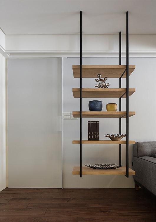 沙发边的悬空木质隔板置物架